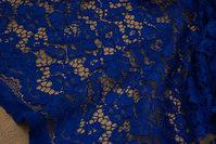 Coboltblå kjoleblonde med tunger i begge sider, som skal klippes til