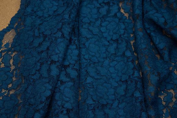 Fast, petrolfarvet kjoleblonde med tunger i begge sider