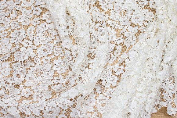 Hvid kjoleblonde med tungekant i begge sider