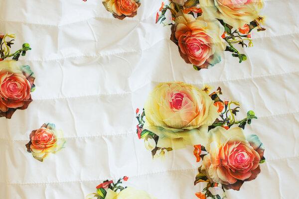 Knækket hvid dobbelsidet quilt med roser