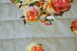 Lysegrå dobbelsidet quilt med roser