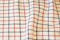 Off white, klassisk møbeltern i ren uld med marine og rød tern