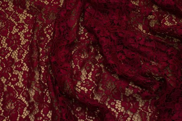 Vinrød kjoleblonde med tungekant i begge sider