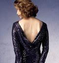 Flot tætsiddende kjole med brystindsnit, vandfalds-ryg lillebitte slæb.