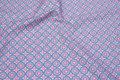 Bomuld med retromønster i lyseblå og rosa.