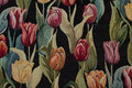 Flot sort gobelin med farvede tulipaner.