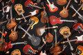 Flotte elektriske og akustiske guitarer på sort baggrund.
