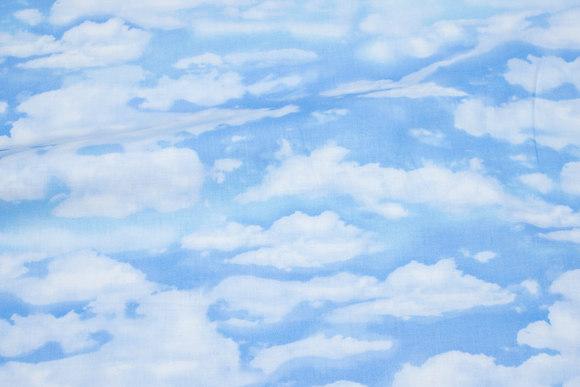 Himmelblå patchwork-bomuld med store hvide skyer