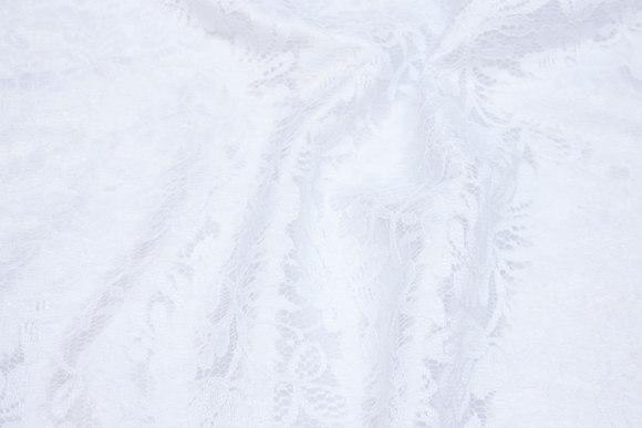 Hvid blondestof med polyestersatin underside