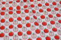 Hvid bomuld med ca. 3 cm røde æbler.