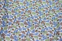 Hvid bomuldspoplin med blå, brune og grønne blade