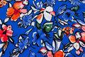 Let, blå micropolyester med store blomster i blå og coral.
