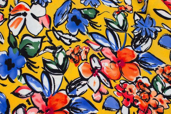 Let, gul micropolyester med store blomster i rød og blå
