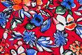 Let, rød micropolyester med store blomster i blå og rød.