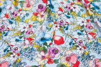 Lyseblå polyester-microsatin med blomster i rød, gul m.m.