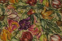 Mellemsvær, hørfarvet bomuld med lilla, røde og gule tulipaner