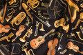 Flotte musikinstrumenter med guldtryk på sort bund.