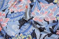 Tynd og luftig polyestersatin i sort, lysegrå og coral
