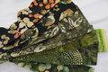 Super flotte batikfarvede stoffer, nøje afstemt i farver og mønstre og klippet i strimler, lige til at sy de fineste patchwork projekter med. 20 forskellige strimler 6,35 x 110cm.