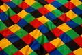 Harlekinmønstret satin 10 cm tern i stærke farver.