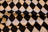 Harlekinmønstret satin i sort-hvid