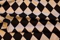 Harlekinmønstret satin i sort-hvid.