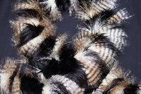 Imiteret pelsstykke i sort med fasanlook ca. 20 x 150 cm