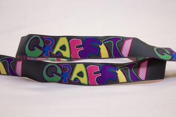 Grafitti bånd i grå med multifarver