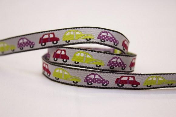 Vævet bånd med søde biler i grøn, rød og lilla på grå bund