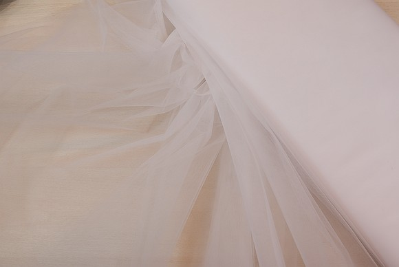Finmasket brudetyll i hvid