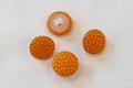 Prikkede knapper i orange og gul.