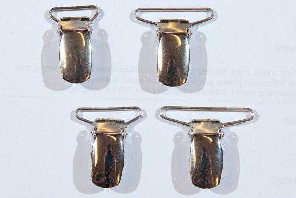 Selespænder i forskellige bredder. Sølvfarvede