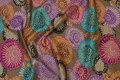 Smuk, brun patchwork-bomuld med lilla og turkis blomsterskærme