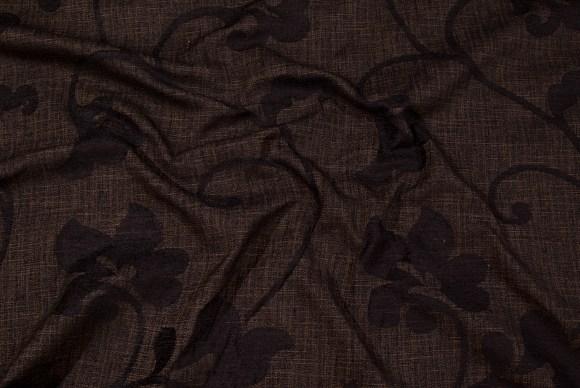 Brun møbelvare i elegant sort-broderet blomstermønster