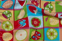 Rød-grøn-blå bomuld med frugter i farvede firkanter