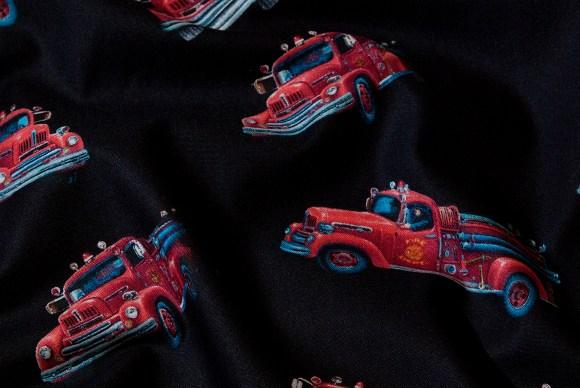 Sort bomuld med flotte, røde brandbiler