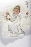 Velkommen til den nye baby. Sovepose, badehåndklæde, pude, legetøj m.m.