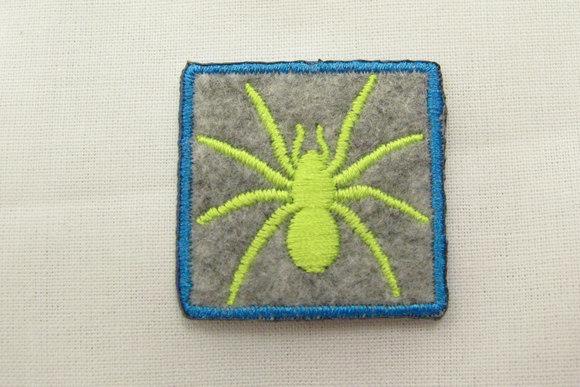 Filtmærke med edderkop grå/neongul 3x3cm