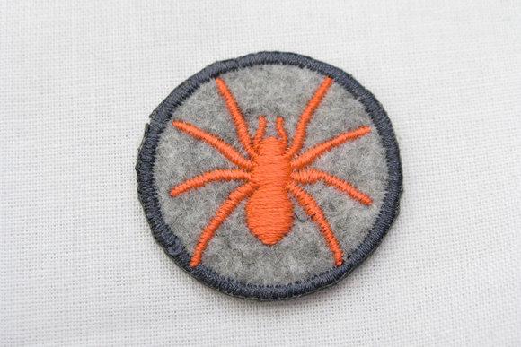 Filtmærke med edderkop orange/grå  Ø3cm