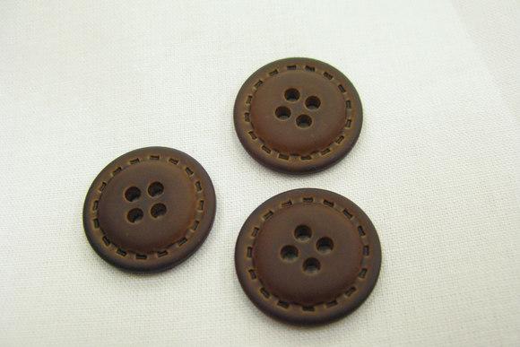 Soft læderlook 4-hulsknap brun 23 mm