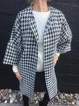 Super moderigtig oversize jakke i flot skødesløs stil. Perfekt både som indejakke og som overfrakke. Fin i vind- og vandafvisende stof.