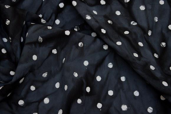Batikbomuld i koksgrå med hvide prikker