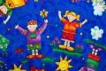 Kongeblå bomuld med glade børn med solskin og drager