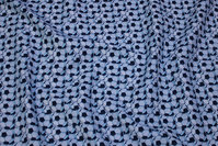 Lysegrå, vævet bomuld med masser af fodbolde