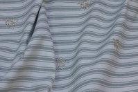 Off white og lysegrøn stribet bomuld med lille broderi