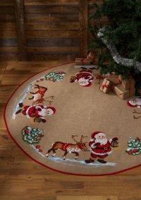 Stort juletræstæppe med Julemand og rensdyr. Permin 45-1243.
