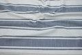 Off white og gråblå møbelvare med brede striber