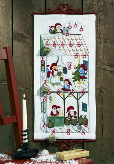 Hvid pakkekalender med julehus med nisser