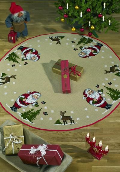 Stort juletræstæppe med Julemanden, træer og rådyr. Stort rundt tæppe.