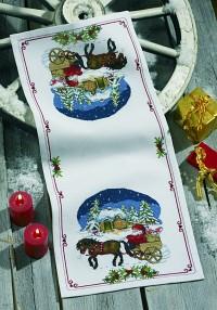 Hvid julebordløber med julelandskab. Permin 68-0245.